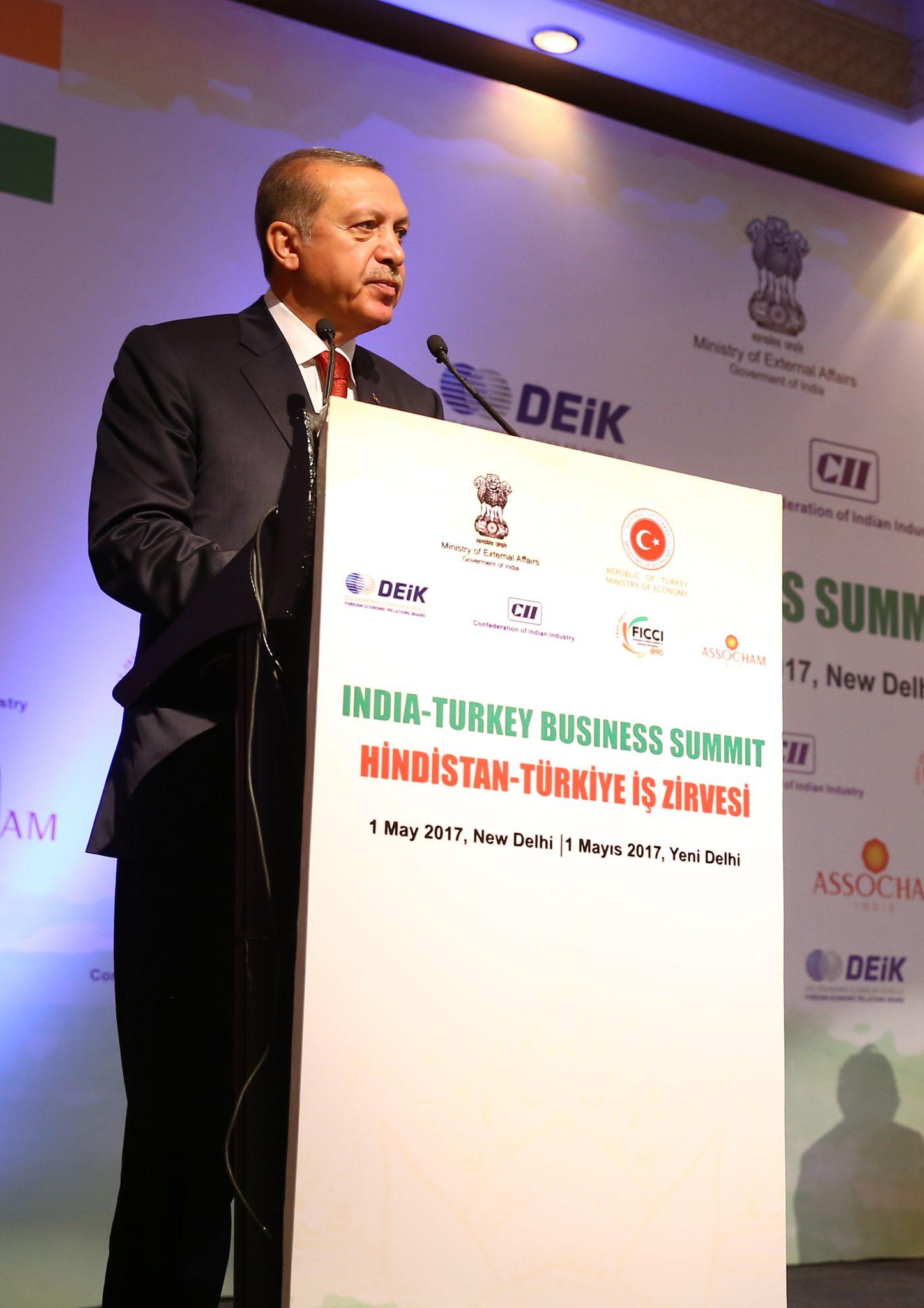 """Cumhurbaşkanı Recep Tayyip Erdoğan ve  Hindistan Başbakanı Narendra Modi, """"Hindistan-Türkiye İş Zirvesi""""ne katıldı.   Erdoğan zirvede konuşma yaptı.  ( Kayhan Özer - Anadolu Ajansı )"""